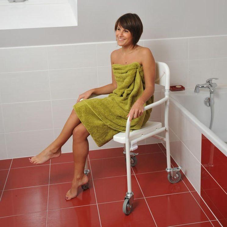 Chaise de douche pliable à roulettes Tobago